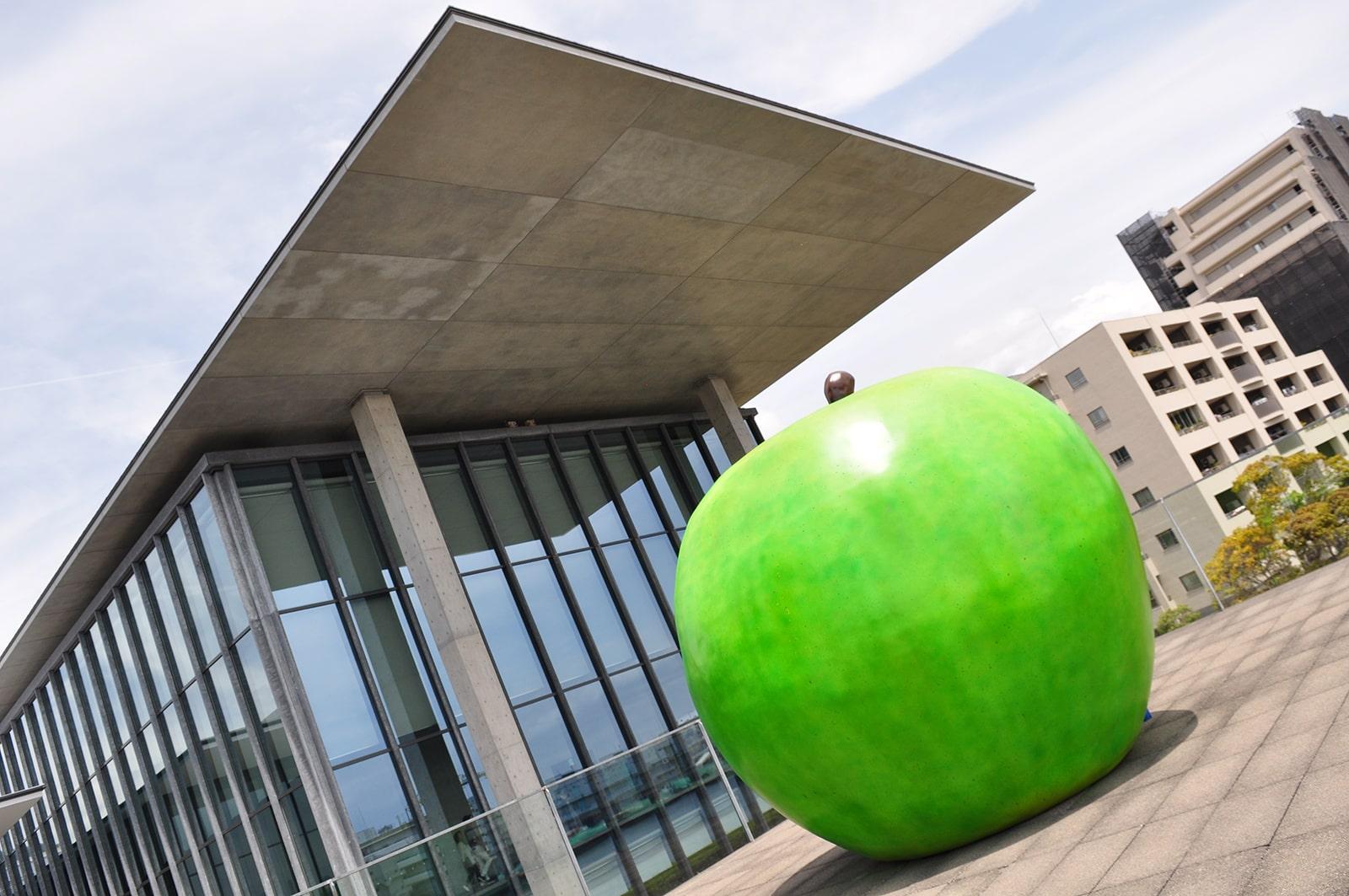 兵庫県立美術館青りんご01